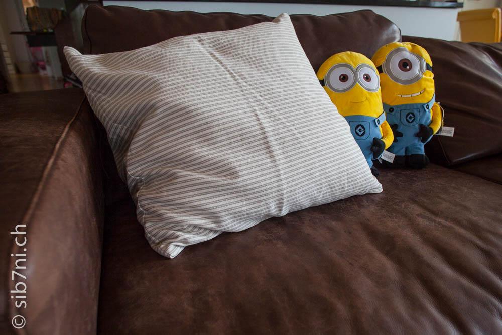 hotelverschluss sofa kissen neben minions englisch